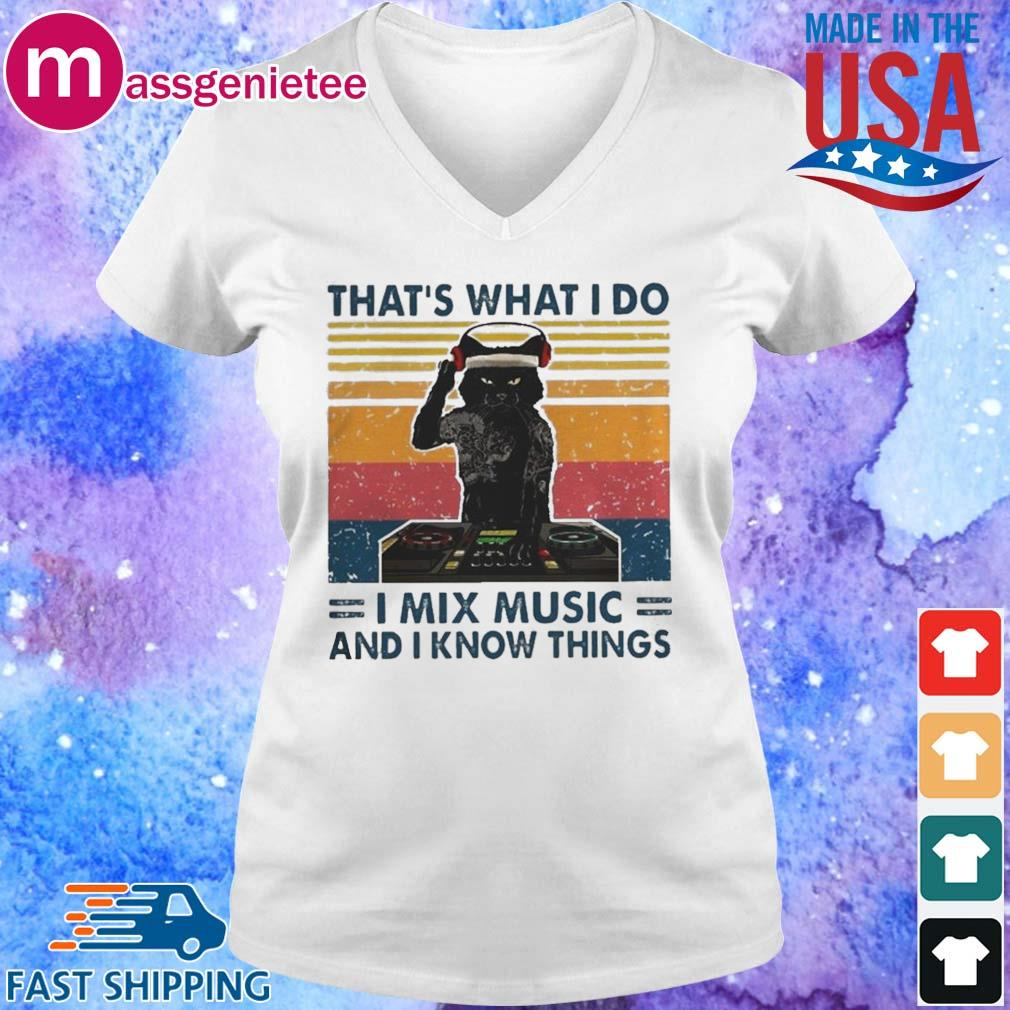 Cat Thats What I Do I Mix Music And I Know Things Shirt V-Neck trang